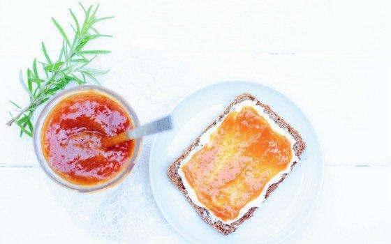 Selbst gemachte Aprikosenmarmelade mit Rosmarin schmeckt wie Sommer in der Provence! Zum Frühstück, Brunch oder auf Pfannkuchen. Aber auch als Gastgeschenk oder Mitbringsel macht sie sich sehr gut!