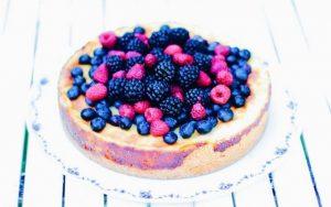 Der Schmandkuchen mit Waldbeeren ist die perfekte Kombi aus Käsekuchen und Obstkuchen. Die Schmand-Vanille Creme ist wirklich super lecker und der Kuchen lässt sich perfekt vorbereiten.