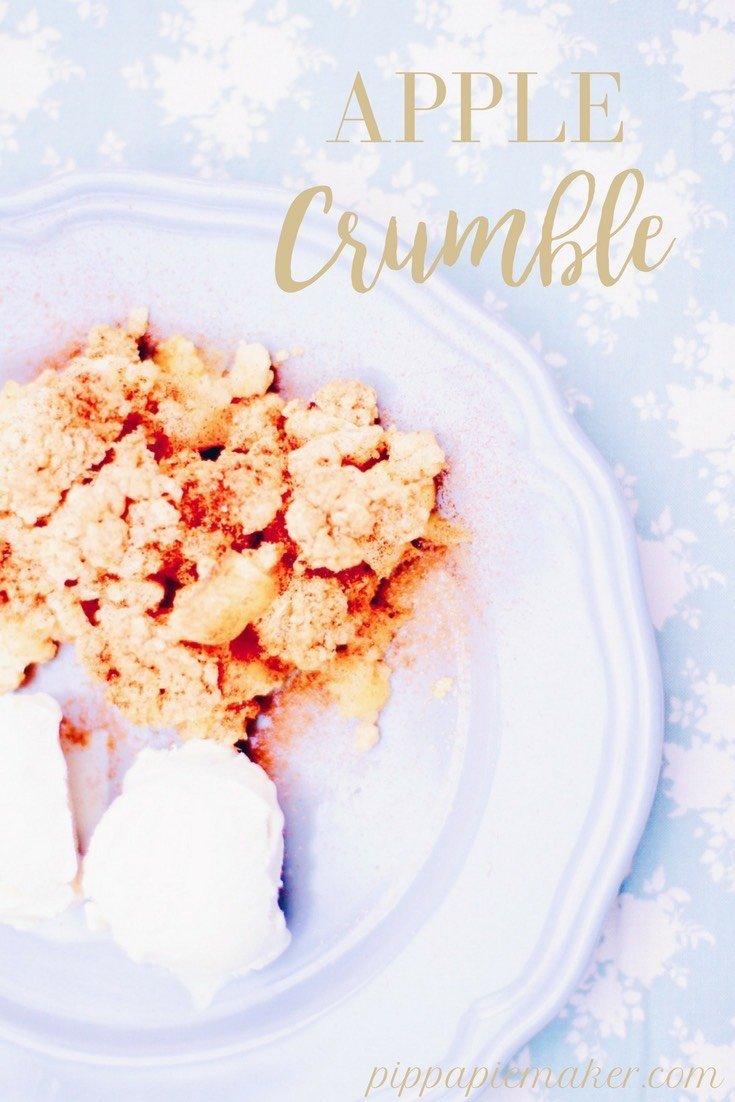 Spontane Gäste zum Kaffee? Diesen Apple Crumble hast du im Nu gemacht und er ist so lecker! Die perfekte Kombi von Apfelkuchen und Dessert.