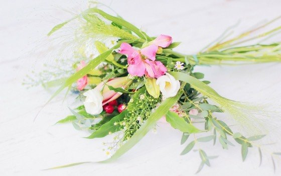 Fragst du dich auch manchmal warum das Blumenwasser stinkt? Warum der Blumenstrauss so schnell verblüht oder die Knospen gar nicht aufgehen? Mit diesen Tipps für frische Blumen bleiben sie viel länger frisch!