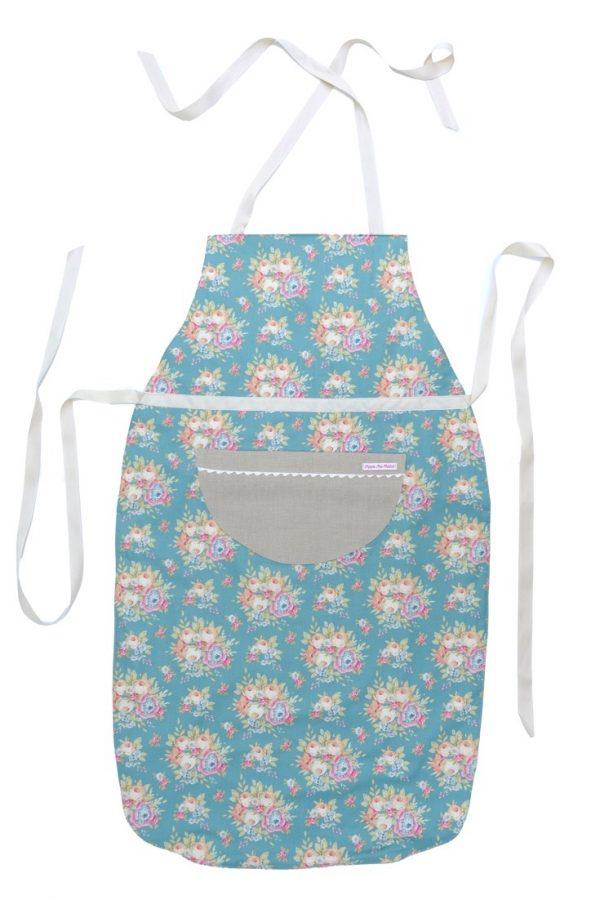 Die Wendeschürze Florentina ist innen ganz klassisch aus Leinen, außen mit grünem Blumenmuster und Tasche. Für jeden, der beim Kochen zaubert.