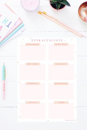 Mit dieser hübschen Einkaufsliste zum Ausdrucken macht das Einkaufen gleich viel mehr Spaß! Und es geht viel schneller, denn alle Artikel werden gleich in die richtige Rubrik eingetragen. Die Einkaufsliste gibt es auch im Happy Organizer Paket mit über 43 Organisationsseiten für alle Bereiche deines Mami Alltags: Rezeptkarten, Tagesplaner, Packliste, Fitness Tracker, Geburtstags-Checkliste, Wochenplan, Putzplan, Speiseplan und vieles mehr!