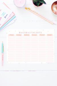 Auf dieser Haushaltsliste zum Ausdrucken ist endlich Platz für alle Kundennummern, Kontaktdaten, etc, die in deinem Haushalt anfallen. Sei es das Finanzamt oder der Schornsteinfeger, die Elterngeldstelle oder der Sportverein. Diese Liste ist mein Lebensretter! Die Haushaltsliste gibt es auch im Happy Organizer Paket mit über 43 Organisationsseiten für alle Bereiche deines Mami Alltags: Rezeptkarten, Tagesplaner, Fitness Tracker, Finanzplaner, Geburtstags-Checkliste, Wochenplan, Putzplan, Einkaufslisten, Speiseplan und vieles mehr!