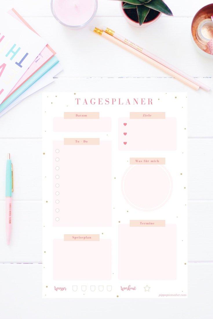 """Mit diesem Tagesplaner startest du garantiert motiviert in einen produktiven Tag! Du hast deine Ziele gesteckt und deine To-Dos aufgeschrieben, hast deine Termine und deinen Speiseplan im Blick. Und eine kleine Motivation/Belohnung im Feld """"was für mich"""". Den Tagesplaner gibt es auch im Happy Organizer Paket mit über 43 Organisationsseiten für alle Bereiche deines Mami Alltags: Putzplan, Speiseplan, Fitness Tracker, Finanzplaner, Geburtstags-Checkliste, Wochenplan, Projektplaner, Einkaufslisten, Rezeptkarten und vieles mehr!"""