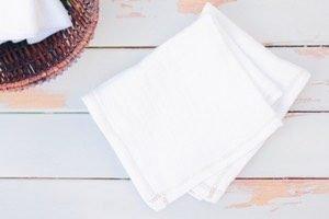 Tolle Upcycling Idee: Stoffservietten für Kinder aus alten Mulltüchern nähen! Ganz einfache Nähanleitung für Anfänger. So kann man Müll vermeiden, tut Kinderhaut etwas Gutes und hat endliche keine Kleenex Boxen oder Feuchttücher am Esstisch!