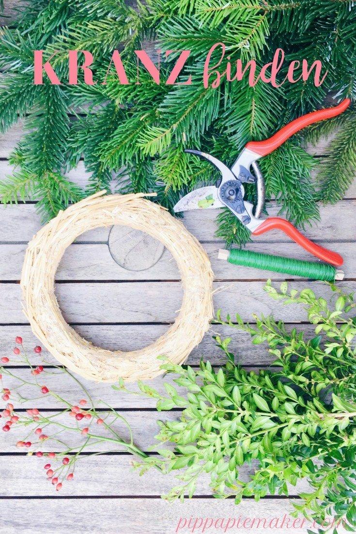 Einen Kranz binden ist wirklich ganz einfach, macht Spaß und ist natürlich auch viel günstiger als die gekaufte Variante. Bei uns hängen grüne Kränze als Weihnachtsdeko überall, als Türkranz, als Fensterdeko und natürlich als Adventskranz.