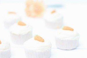 Backen zu Ostern? Wie wäre es mit diesen super saftig, leckeren Karotten-Ingwer Cupcakes als Alternative zum klassischen Karottenkuchen?