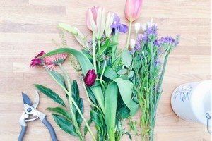Dieses DIY für eine Ostertischdeko mit Blumen und bunten Eiern ist super simpel gemacht mit Hilfe einer Kuchenform! So kannst du ruck zuck ein festliches Centerpiece für Ostern zaubern!