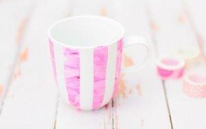 Porzellan bemalen mit Kleinkindern geht mit diesem einfachen Trick sehr gut! Bemalte Tassen sind ein tolles DIY Geschenk zum Muttertag, Vatertag oder Geburtstag!
