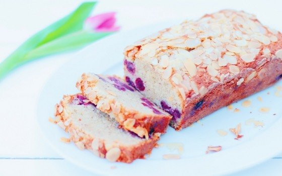 Dieser Mandel-Kirsch-Kuchen ist super saftig und lecker! Er ist schnell gemacht und lässt sich prima zum nächsten Picknick oder Gartenparty mitnehmen. So schmeckt der Frühling!