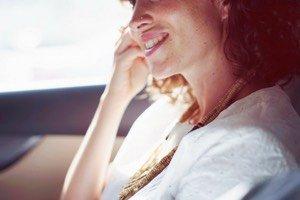 Mit positiver Ausstrahlung bist du erfolgreicher, zufriedener und glücklicher. Hier findest du 6 einfache Tipps wie du dein Charisma stärken kannst.