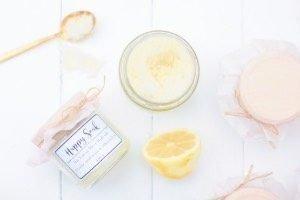 Dieses DIY Badesalz mit Zitrone riecht einfach super ist in 10 Minuten gemacht. Die Etiketten könnt ihr kostenlos ausdrucken! Tolle Geschenkidee zu Weihnachten, zum Geburtstag oder als Gastgeschenk.