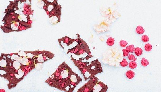 Schokoladenbruch mit Blütenblättern
