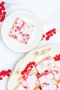 Dieser Johannisbeerkuchen vom Blech ist ein super leckerer, saftiger Sommerkuchen. Perfekter Blechkuchen für viele Gäste!