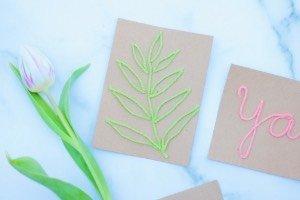 Die Karten basteln ist super einfach: die Schriftzüge aus Wolle werden einfach aufgeklebt. Schon hat man eine selbst gebastelte Geburtstagskarte, Valentinskarte, Einladung, Muttertagsgruß oder oder oder.