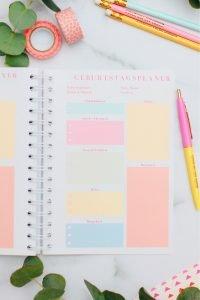 Der Happy Planner 2020 ist da! Wie im letzten Jahr hat der perfekte Planer für deinen Mama-Alltag alles bereit, um Licht in dein Chaos zu bringen, so dass du entspannt und top organisiert durch das Jahr schwebst. Und on top noch deine Ziele und dein Wohlbefinden im Blick hast. Hol ihn dir bis 1.12.!