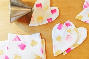 Herzige Lavendelkissen nähen, ob zum Valentinstag oder einfach so als kleines Geschenk. Unter dem Kopfkissen sorgen sie für erholsamen Schlaf und im Schrank sind sie ein super Mottenschutz. Tolles Nähprojekt für Anfänger!