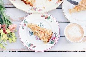 Super saftiger Apfelkuchen mit leichter Zimtnote und knusprigen Mandeln on top - so schmeckt heile Welt!